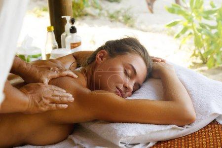 Photo pour Femme appréciant traditionnel Thai massage - image libre de droit