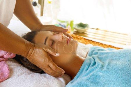 Photo pour Jeune femme au cours de massage professionnel de la tête - image libre de droit