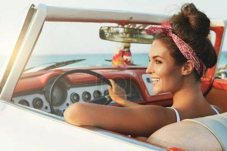 Foto de Hermosa y feliz mujer dentro de retro cabriolet coche - Imagen libre de derechos