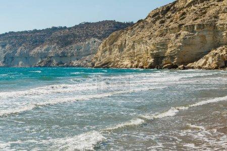 Photo pour Belle plage rocheuse de Curion à Chypre - image libre de droit
