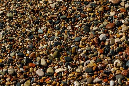 Photo pour Bouchent la vue des pierres de galets ronds lisses sur la plage - image libre de droit