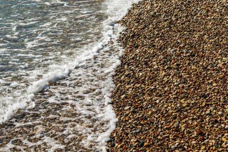 Photo pour Pierres de galets ronds lisses sur la plage - image libre de droit