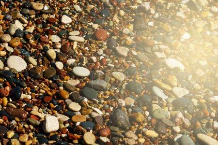 Photo pour Vue rapprochée de galets ronds lisses sur la plage - image libre de droit