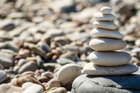 Photo pour Empilement de pierres rondes lisses sur la plage de galets - image libre de droit