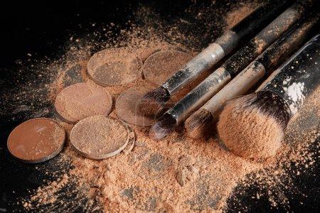 Photo pour Fards à paupières concassée, pinceaux à maquillage et poudre de Fondation - image libre de droit