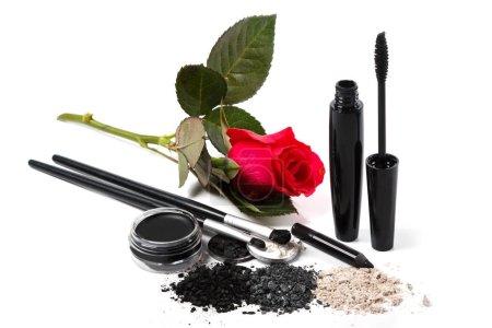 Photo pour Produits cosmétiques et de maquillage et une fleur rose sur fond blanc - image libre de droit