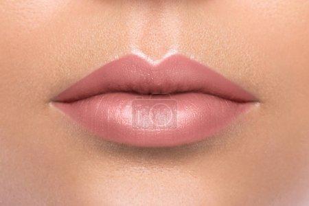Photo pour Gros plan de belles lèvres féminines - image libre de droit