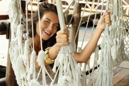 Photo pour Belle jeune femme se détendre dans le hamac - image libre de droit