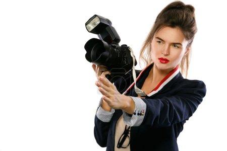 Photo pour Photographe de femme avec un appareil photo reflex numérique isolé sur fond blanc - image libre de droit