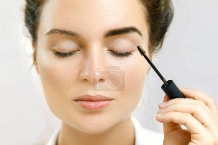 Photo pour Belle femme applique gel de sourcil teinté - image libre de droit
