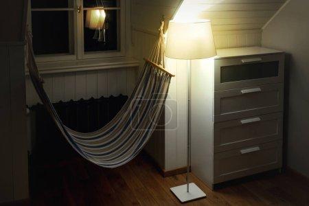 Foto de Interior acogedor con una hamaca en la sala de - Imagen libre de derechos