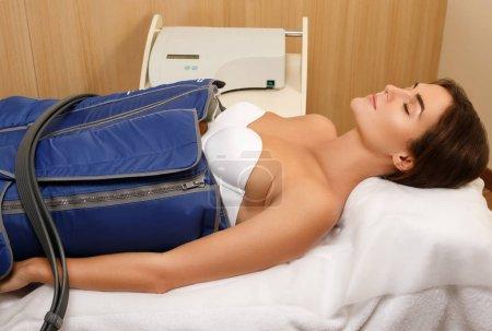 Photo pour Femme en clinique de beauté professionnelle pendant le drainage lymphatique automatique - image libre de droit
