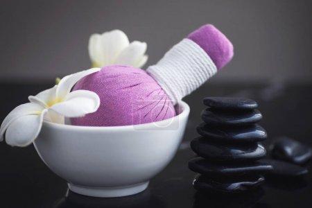 Photo pour Différents outils pour massage asiatique - Compression à base de plantes et pierres chaudes - image libre de droit