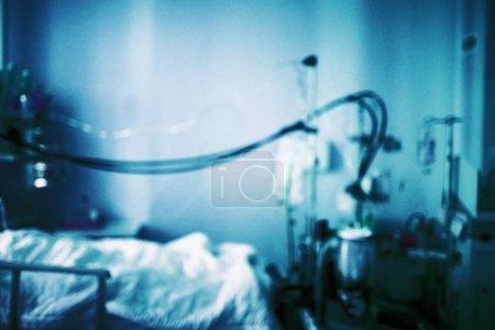 Photo pour Cellule malaise psychiatrique (salle) avec équipement et lit. Fond médical bleu foncé flou . - image libre de droit
