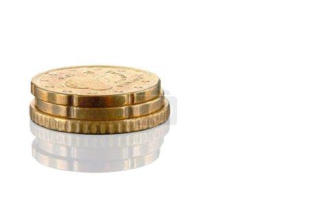 kleiner Stapel Euro-Münzen isoliert auf weißem Hintergrund mit Schatten. Hundertprozentige Schärfe im gesamten Rahmenfeld.