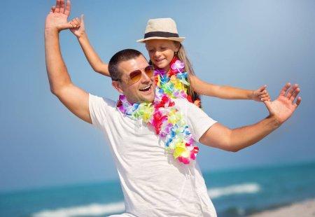 Photo pour Été, famille, concept de vacances. Père avec sa fille s'amuser - image libre de droit
