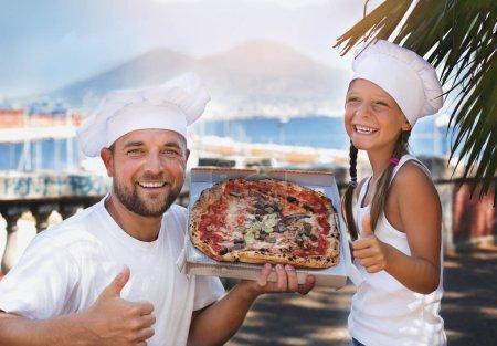 Photo pour Papa mignon avec fille tenant pizza - image libre de droit
