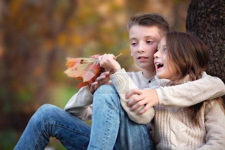 Photo pour Gros portrait d'automne de frère mignon avec sœur avoir du plaisir ensemble - image libre de droit