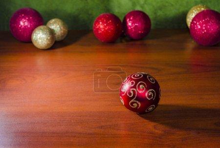 adornos de navidad en fondo de madera