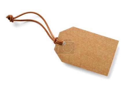 Photo pour Étiquette en carton marron avec cordon mince en cuir véritable, isolé - image libre de droit