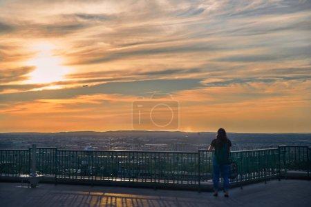 Photo pour Montréal (Québec), Canada, le 6 septembre 2018 : Les touristes regardent le coucher du soleil sur l'oratoire de Saint-Joseph Mont-Royal à Montréal (Québec), au Canada, lors d'une soirée d'été . - image libre de droit