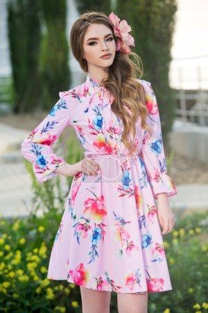 Foto de Joven mujer de la moda con vestido colorido posando al aire libre - Imagen libre de derechos