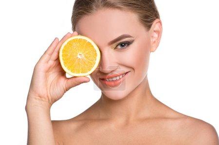 Photo pour Verticale de jeune femme posant avec la tranche orange sur le fond blanc - image libre de droit