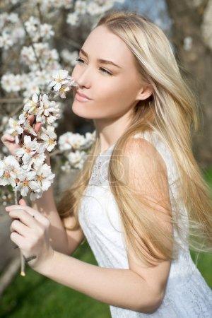 Foto de Retrato de joven moda rubia mujer posando al aire libre - Imagen libre de derechos