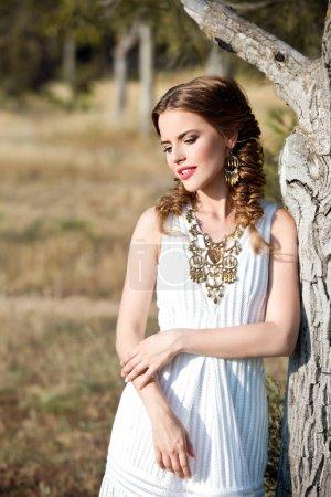Foto de Retrato de joven mujer de moda posando al aire libre - Imagen libre de derechos
