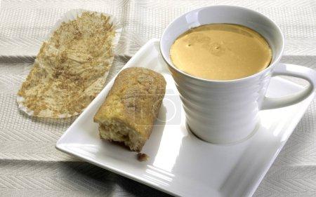Photo pour Taza de Caf con leche con bollera - image libre de droit