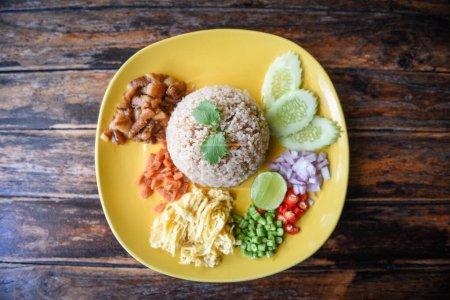 Photo pour Rice Seasoned with Shrimp Paste Recipe / Rice Mixed with Shrimp paste Thai food - image libre de droit