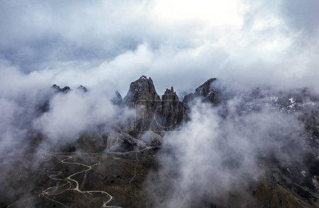 Photo pour Montagnes nuageuses, Dolomites, Italie - image libre de droit