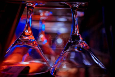 Photo pour Beaucoup de vide propre au verres bar - image libre de droit