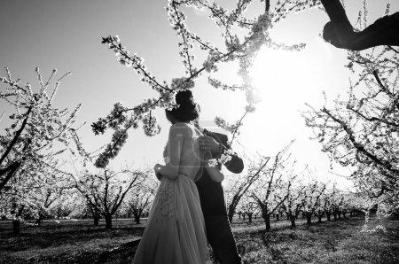 Photo pour Photo en noir et blanc à l'extérieur des jeunes mariés - image libre de droit