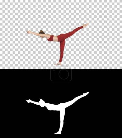 Photo pour Sur Alpha Matte. Tiré de pleine longueur. Tuladandasana ou équilibrage Stick poser est une posture d'yoga avancé faite par yogi belle femme, Alpha Channel professionnel tourné en 4 k résolution. 009. vous pouvez l'utiliser - image libre de droit
