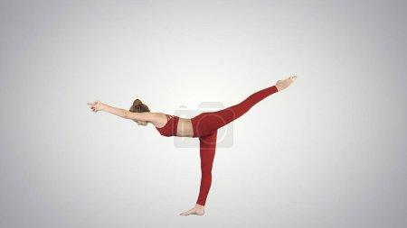 Photo pour Tiré de pleine longueur. Tuladandasana ou équilibrage Stick poser est une posture d'yoga avancé faite par yogi belle femme sur fond dégradé. Professionnel tourné en 4 k résolution. 009. vous pouvez l'utiliser par exemple dans - image libre de droit