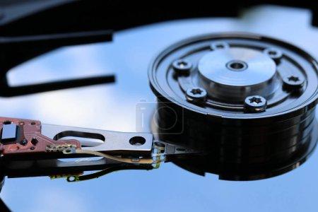 Photo pour Principales composantes d'un 3,5 pouces Sata disque dur (Hdd): plateau, broche, bras - image libre de droit