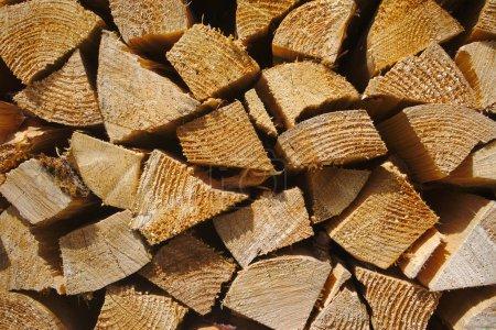 Photo pour Fond de billes de bois empilées - image libre de droit