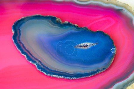 Photo pour Blue agate on a pink agate - image libre de droit