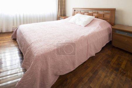 Photo pour Grand lit double confortable dans une chambre classique élégante - image libre de droit