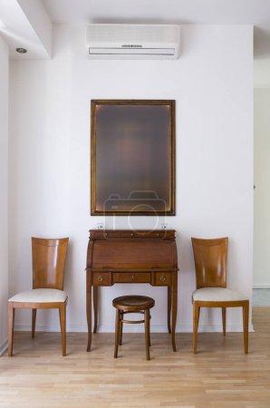 Photo pour Intérieur classique avec deux chaises et table de secrétaire - image libre de droit