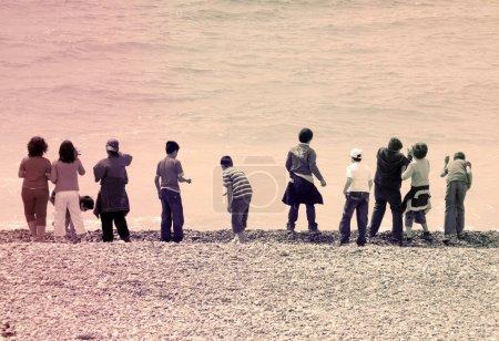 Photo pour Groupe d'enfants sur la plage - image libre de droit