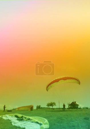 Foto de Silueta de un hombre con paracaídas al atardecer - Imagen libre de derechos