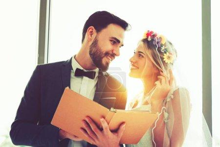 Photo pour Couple marié sont heureux, concept Saint-Valentin . - image libre de droit