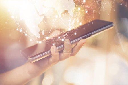 Photo pour Smartphone portable avec concept global de réseau, d'entreprise et de technologie . - image libre de droit