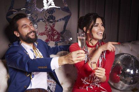 Photo pour Couple célébrant le jour de l'An - image libre de droit