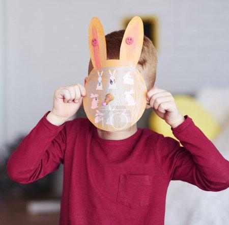 Photo pour Garçon montrant carte de vœux faite à la main pour Pâques - image libre de droit