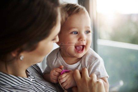 Photo pour Aimer maman étreignant son adorable bébé fille - image libre de droit