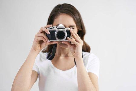 Photo pour Photographe femelle avec appareil photo photographié en studio - image libre de droit