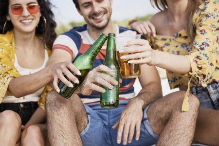 Photo pour Groupe d'amis portant un toast de fête avec de la bière - image libre de droit